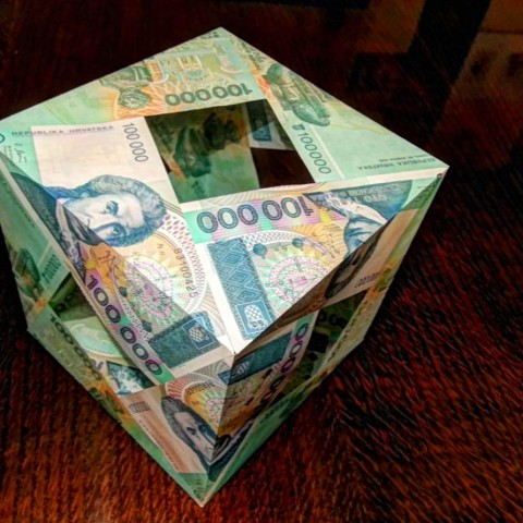 Croatia 100000 Dinars 1993 MoneyCube is made from a very unique currency - instead of presidents or kings it's featuring Roger Joseph Boscovich, a physicist, astronomer and mathematician along with some of his geometry drawings. Viva Republika Hrvatska!